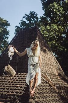 Indisch meisje op het dak. dromenvangers. mooi blond meisje met droomvangers.