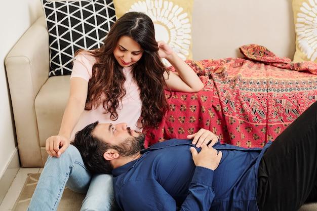 Indisch paar dat thuis rust