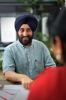 Indisch paar planningsreisconcept