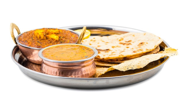 Indisch thali-voedsel dal makhani op witte achtergrond