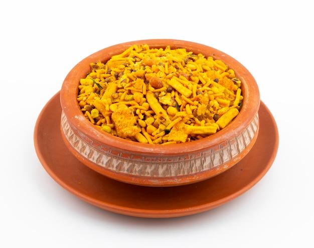 Indisch traditioneel namkeen-voedsel op wit