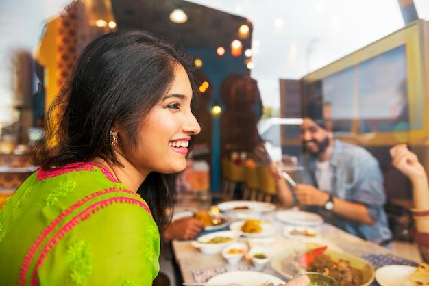 Indisch voedsel dat het concept van de keukensamenhorigheid eet