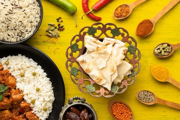 Indisch voedselassortiment bovenaanzicht