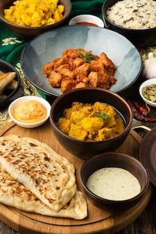Indisch voedselassortiment met hoge hoek