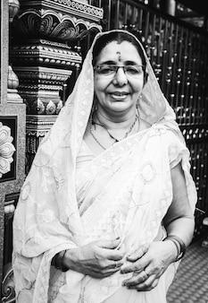 Indisch vrouwenportret bij de tempel