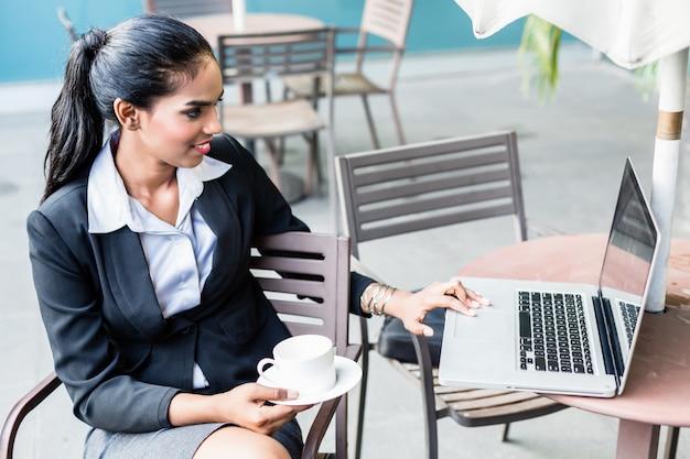 Indische bedrijfsvrouw die met laptop werkt