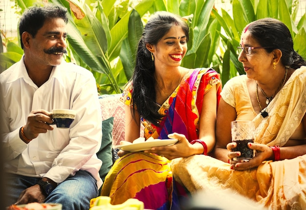 Indische familie die van een snack geniet