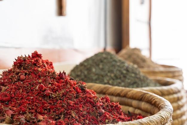 Indische gekleurde kruiden bij lokale markt.