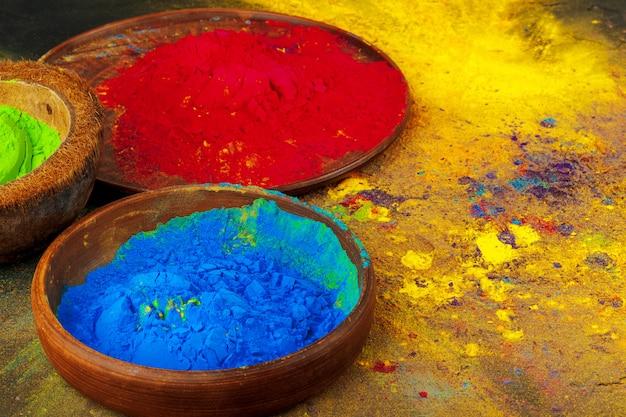 Indische holi-festivalkleuren in kleine kommen