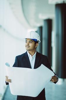 Indische ingenieur aan het werk op een bouwterrein