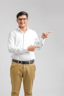 Indische jonge mens die richting met hand toont