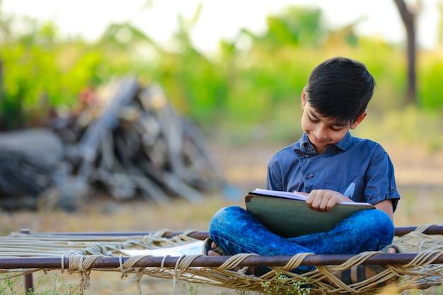 Indische jongen die thuis bestudeert