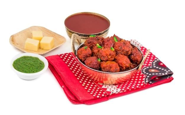 Indische keuken plantaardige manchurian op witte achtergrond