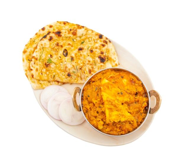 Indische keuken speciale zoete en kruidige paneer pasanda die met knoflook naan op witte achtergrond wordt gediend