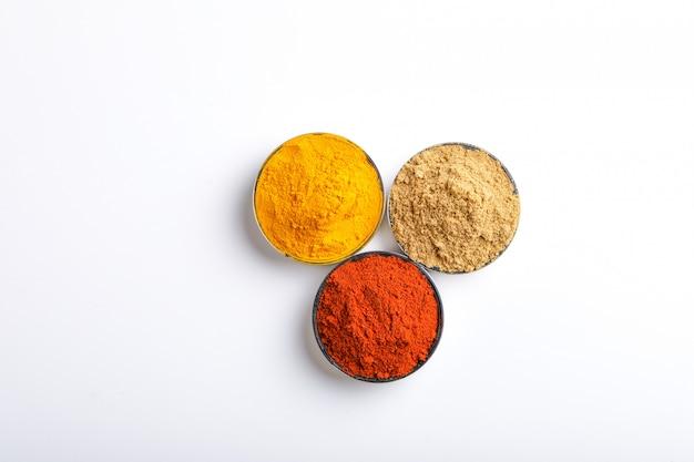 Indische kleurrijke kruiden rode chili poeder, kurkuma poeder, koriander poeder