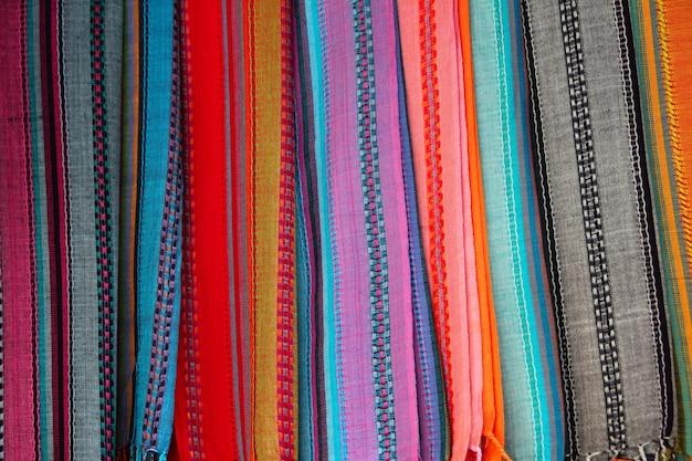 Indische kleurrijke sjaal op een rij sjaals