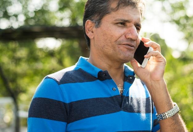 Indische mens die op de telefoon spreekt