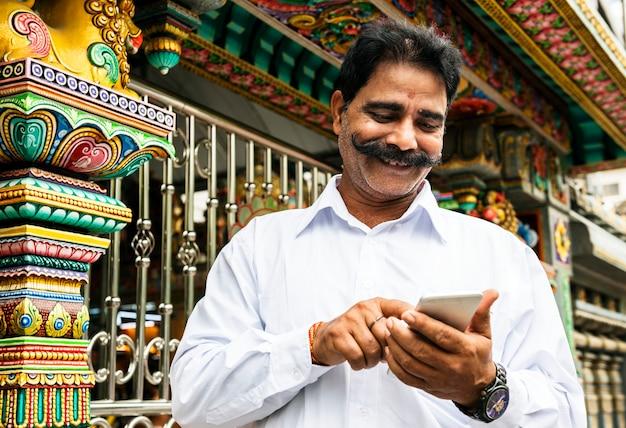 Indische mensen die mobiele telefoon gebruiken