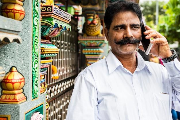 Indische mensen die mobiele telefoon met behulp van