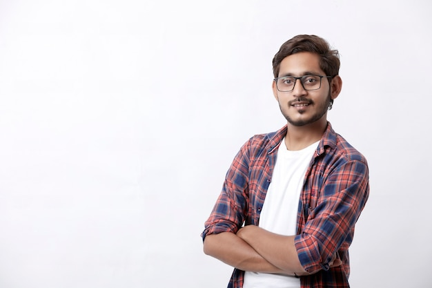 Indische of aziatische man die multi pal meningsuiting geeft op witte achtergrond