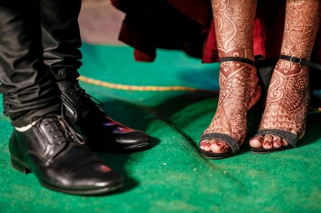 Indische paarclose-upvangst van de schoenen van de huwelijksontvangst