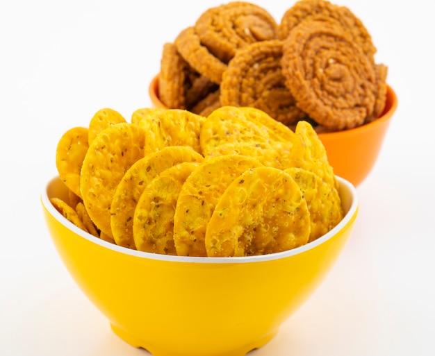 Indische snack masala khari papdi of chakli op wit