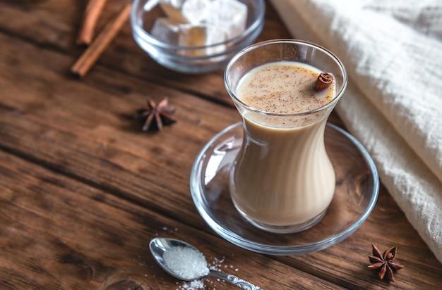 Indische thee met kruiden en melk. masala chai