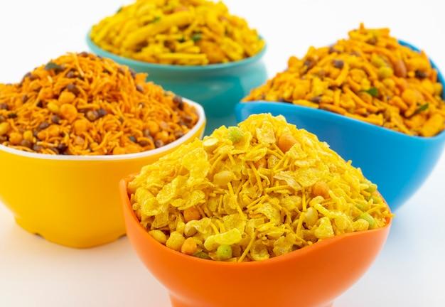 Indische traditionele namkeen-voedselinzameling op wit