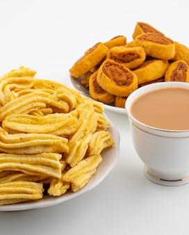 Indische traditionele pittige snack ghatiya met bhakarwadi