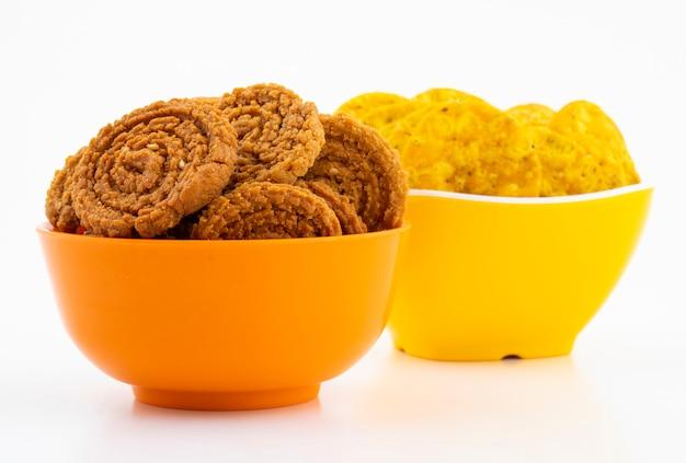 Indische traditionele snackchakli met masala khari