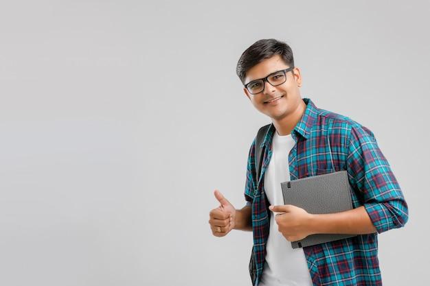 Indische universiteitsjongen met holdingszak en tablet