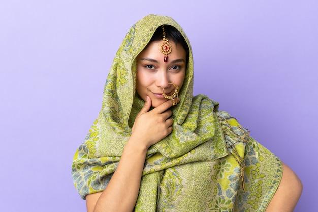 Indische vrouw bij het purpere muur denken