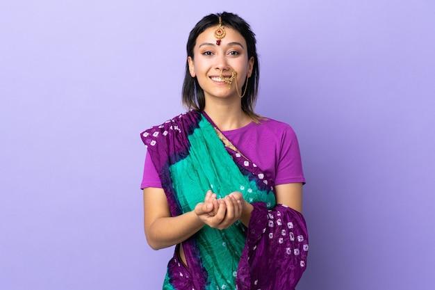 Indische vrouw bij het purpere muur lachen