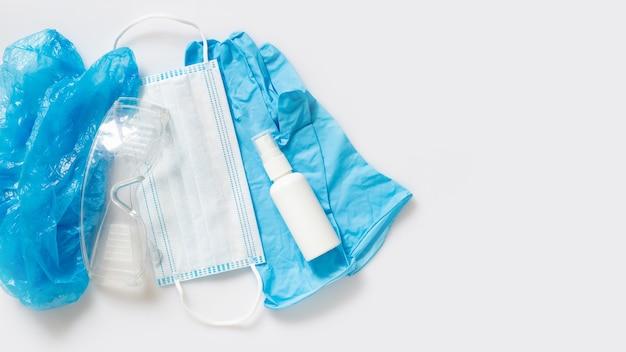 Individuele beschermingsmiddelen. hoed, veiligheidsbril, handschoenen, masker en ontsmettingsmiddel. antiviruspreventie en -bescherming