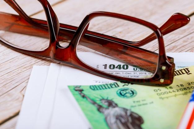 Individuele inkomstenbelasting datum tijd retourformulier 1040 us met bril