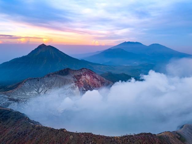 Indonesië. het eiland java. dageraad over de vulkanen. de actieve vulkaan ijen close-up. luchtfoto