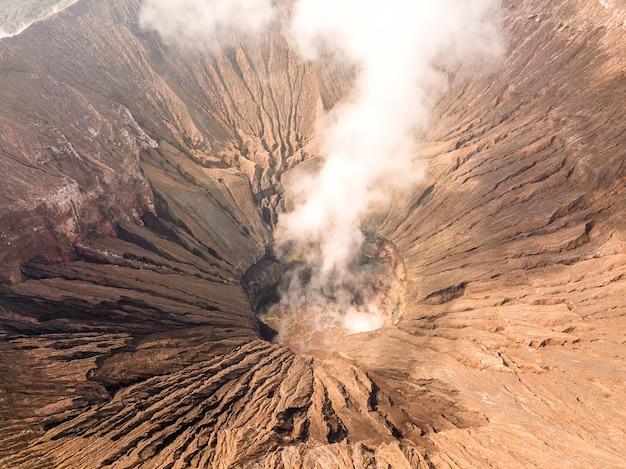 Indonesië. java-eiland. de actieve vulkaan bromo. luchtfoto van de hellingen van de krater en rook
