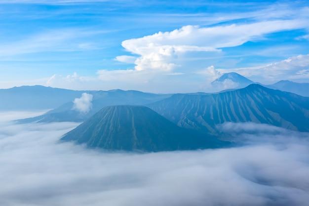 Indonesië. java-eiland. ochtend in het bromo tengger semeru national park. mooie wolken en dichte mist in de vallei