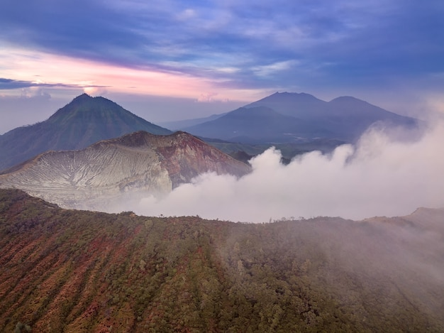 Indonesië. java-eiland. vroeg in de ochtend boven de actieve zwavelvulkaan ijen. luchtfoto
