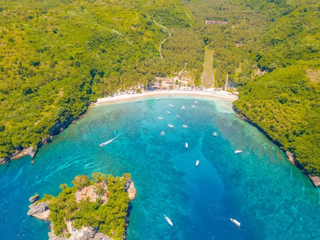 Indonesië. tropische baai bij zonnig weer. toeristisch oord in de jungle. strand en authentieke boten. luchtfoto