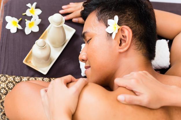 Indonesische aziatische man in wellness beauty spa met aromatherapie massage met etherische olie, op zoek ontspannen