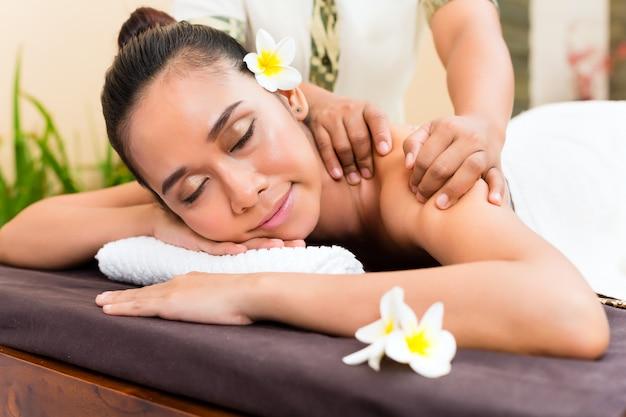 Indonesische aziatische vrouw die van massage geniet