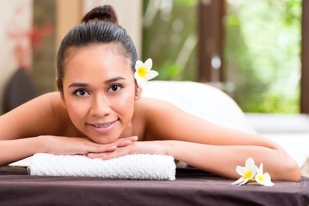 Indonesische aziatische vrouw in wellness beauty day spa met aromatherapie massage met etherische olie, op zoek ontspannen