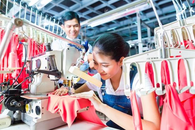 Indonesische naaister in aziatische textielfabriek