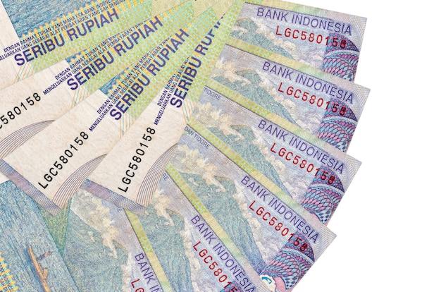 Indonesische roepia rekeningen liggen geïsoleerd op een witte achtergrond