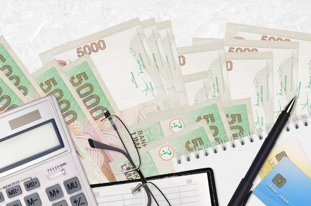 Indonesische roepia rekeningen op een witte achtergrond
