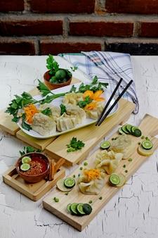 Indonesische siomay met pindasaus, limoen en selderij