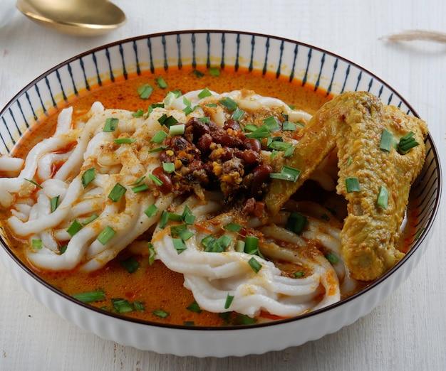 Indonesische traditionele keuken laksa betawi of jakarta geïsoleerde witte achtergrond