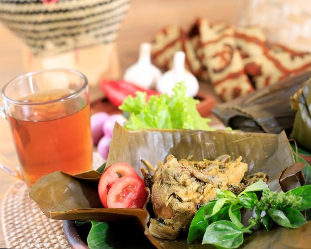 Indonesische traditionele keuken pepes ayam of gestoomde kip in bananenblad geselecteerde focus