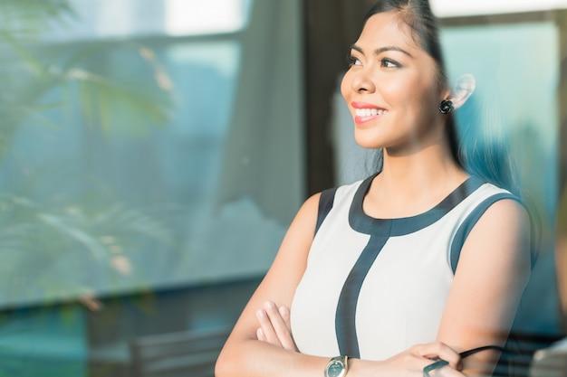 Indonesische zakenvrouw bij loket